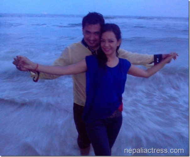 shivam and poojana shrestha - mumbai beach