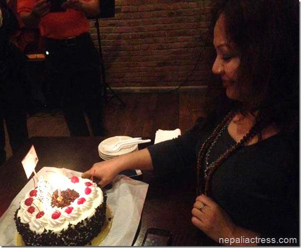 gauri malla cutting birthday cake