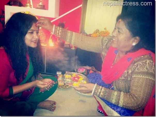 rekha-thapa-deepawali-2014 - mom offers tika