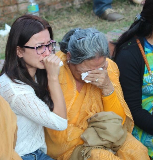 namrata consoling alok mother 2