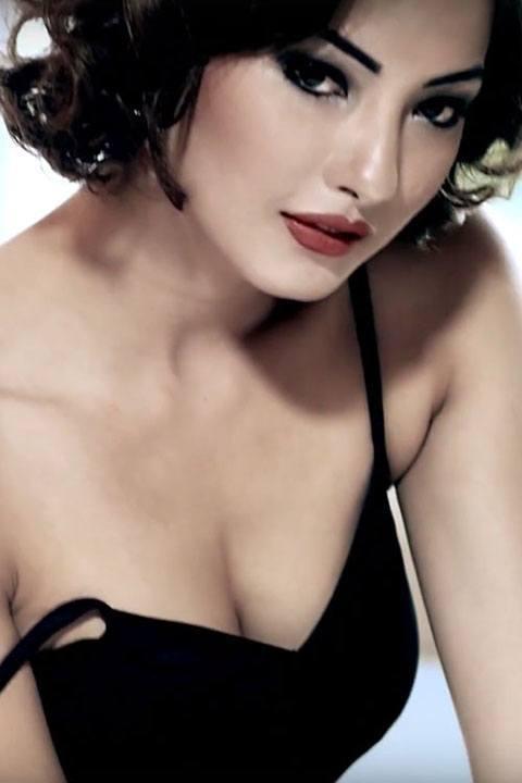 samragyee-rajya-laxmi-shah-cleavage-pose