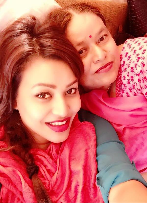 malina joshi with mother