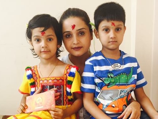 sanchita-luitel-with-her-kids-in-dashain