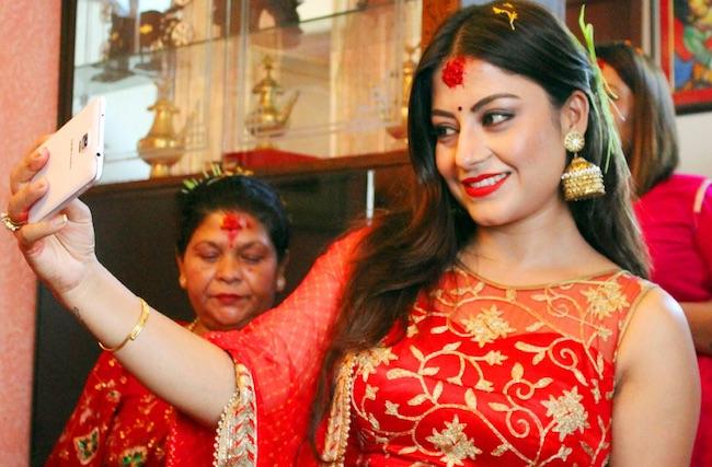 sweta-khadka-smiles-for-a-selfie-pose-dashain-2016